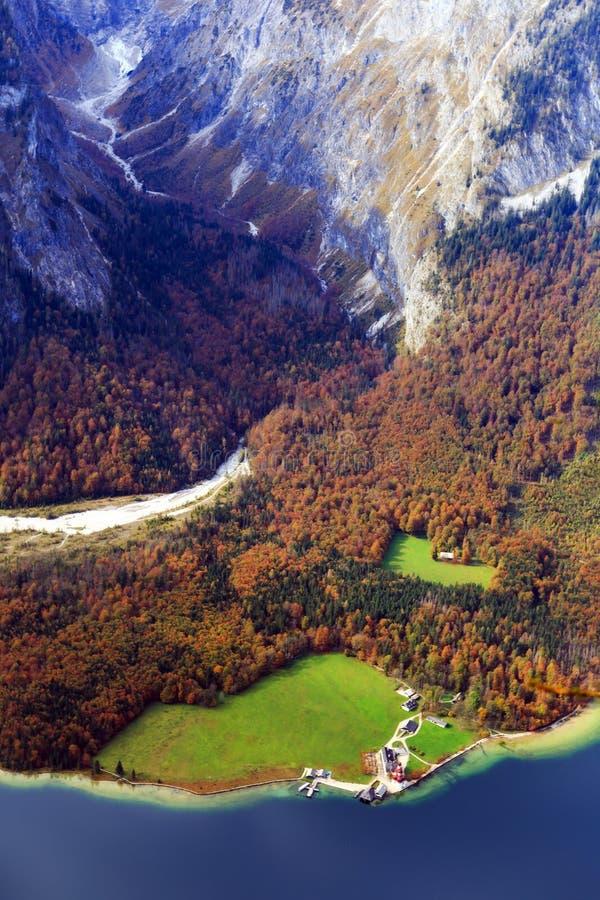 Vista em Saint Bartholemew no mar dos reis em Berchtesgaden fotos de stock royalty free