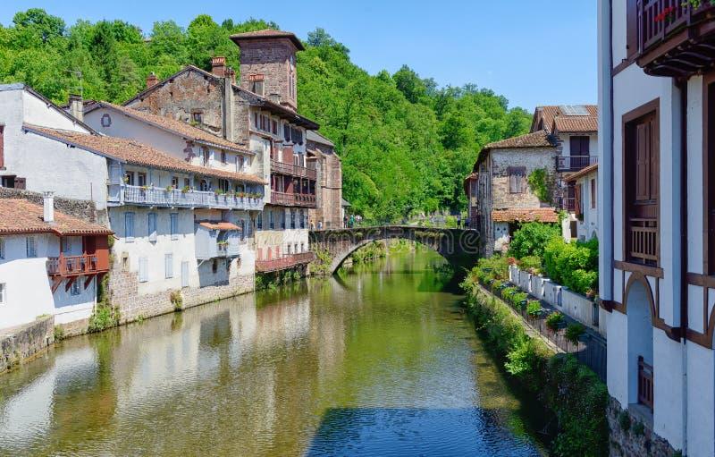 Vista em Saint Jean Pied De Port da vila no pireno francês foto de stock royalty free