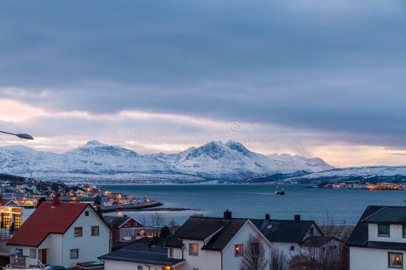 Vista em Tromso e montanhas circunvizinhas no crepúsculo durante o ni polar fotos de stock