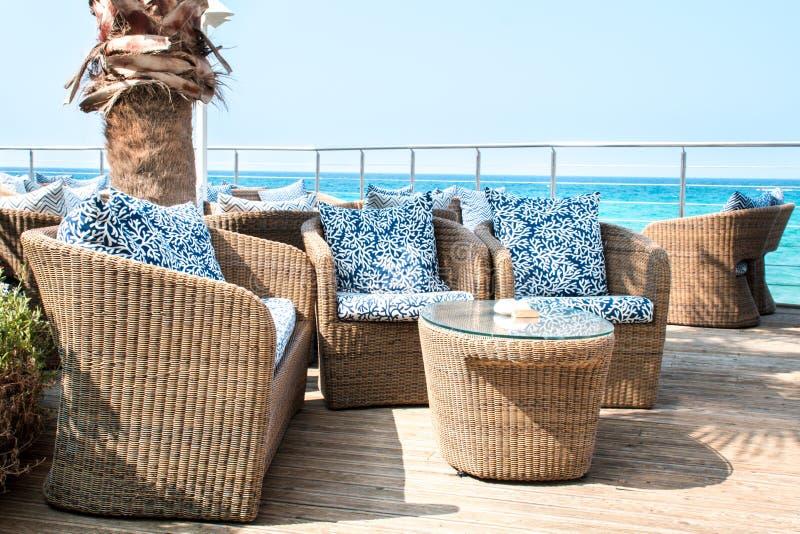 Vista em um balcão luxuoso vazio perto do mar fotografia de stock
