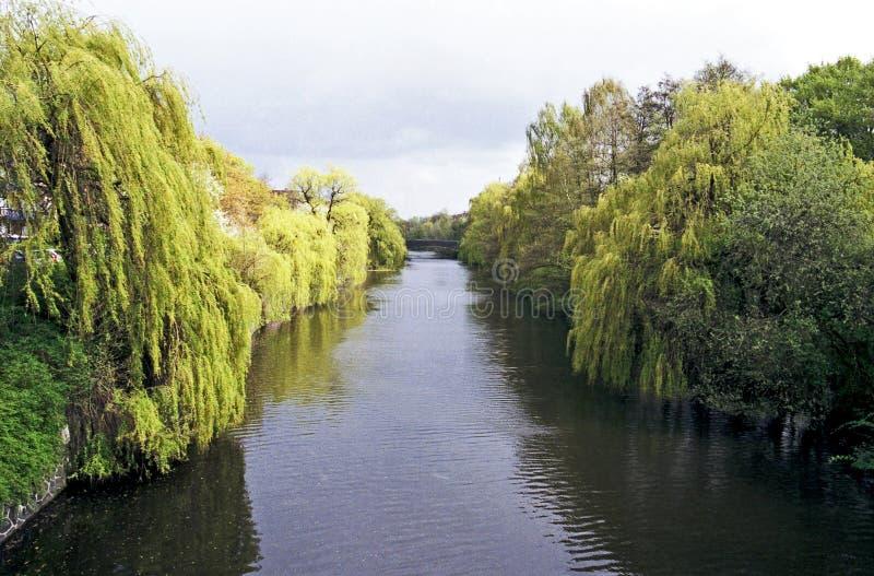 Vista em um canal de uma ponte fotos de stock