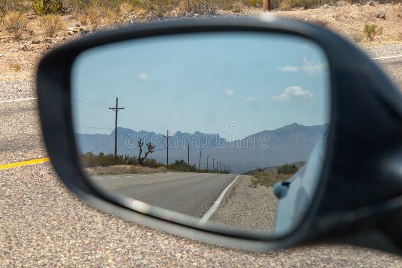 Vista em um espelho retrovisor imagem de stock royalty free