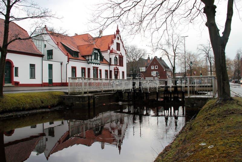 Vista em uma fileira da casa em um canal no papenburg Alemanha fotografia de stock