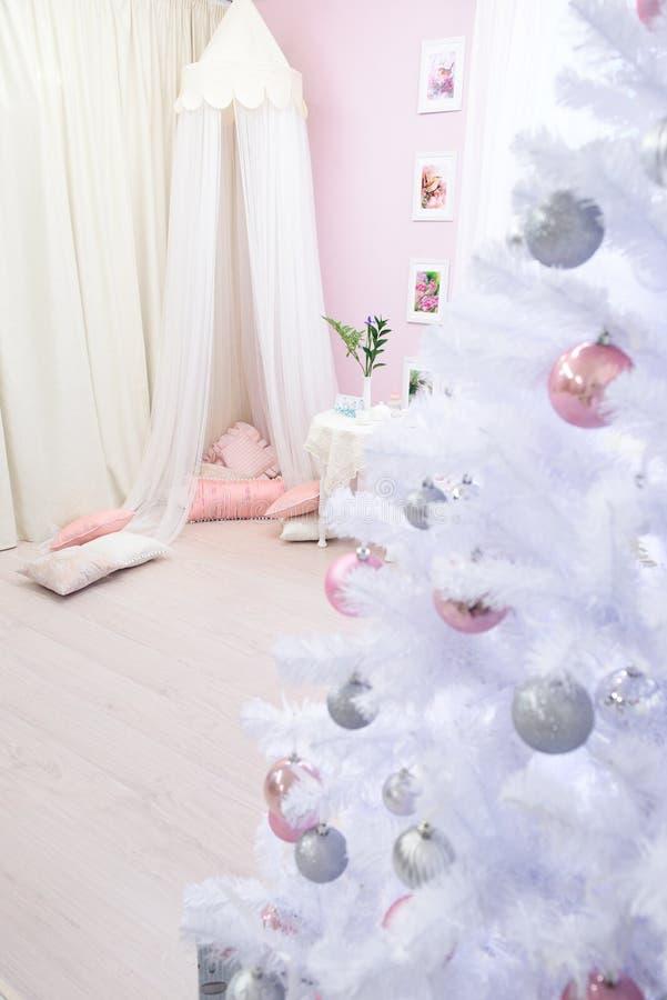 Vista em uma luz de menina - sala cor-de-rosa foto de stock royalty free