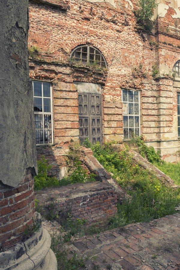 Vista em uma porta de madeira velha em uma construção abandonada velha fotografia de stock royalty free