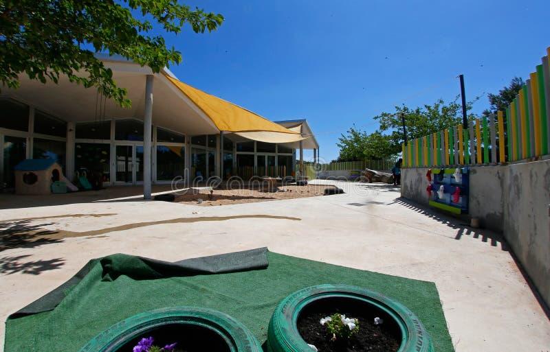Vista em uma pré-escola no recreio ao ar livre em Maiorca imagens de stock