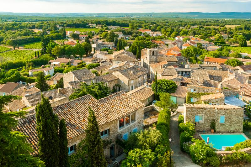 Vista em uma vila típica pequena em Provence, França fotos de stock