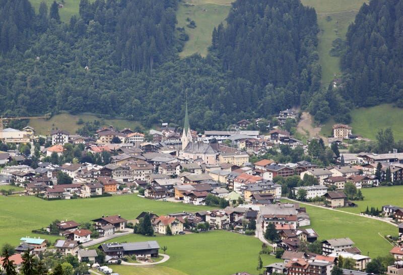 Vista em Zell am Ziller em Tirol, Áustria imagens de stock