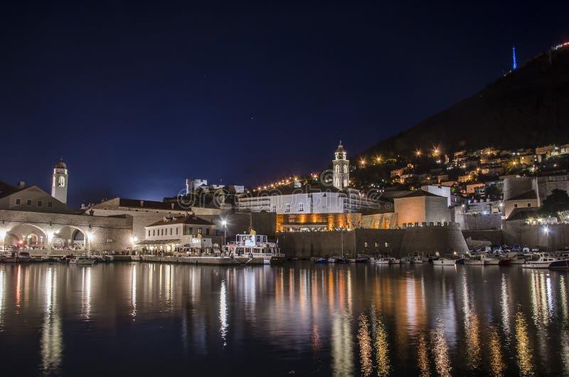 Vista en Dubrovnik de noche, Dubrovnik, Croacia imagenes de archivo