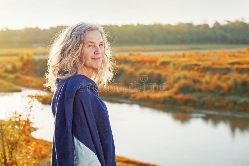 Vista enjoing del fiume della donna fotografia stock
