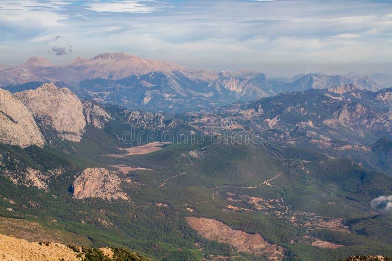 Vista ensolarada no cume e nas nuvens da montanha imagem de stock