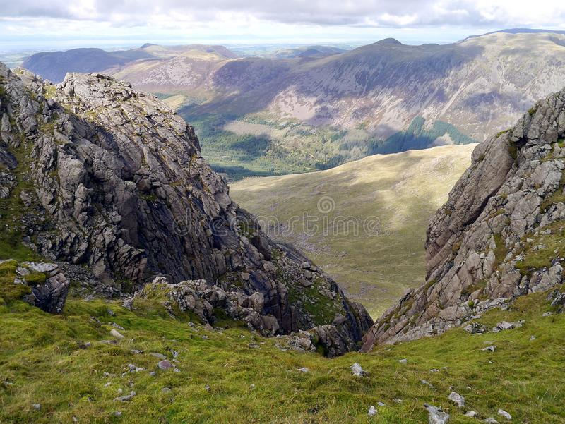 Vista entre a montanha ao vale abaixo foto de stock royalty free
