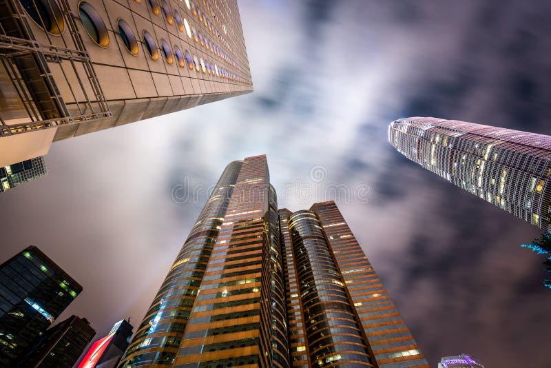 Vista ereta em arranha-céus de Hong Kong na noite foto de stock