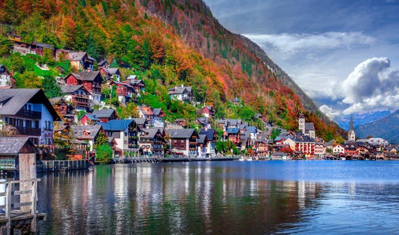 Vista escénica austríaca famosa del lago y del pueblo Hallstatter en Hallstatt imagenes de archivo