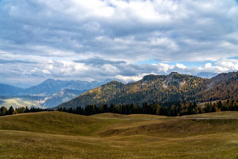 Vista escénica colorida de las montañas majestuosas de las dolomías en las montañas italianas fotos de archivo