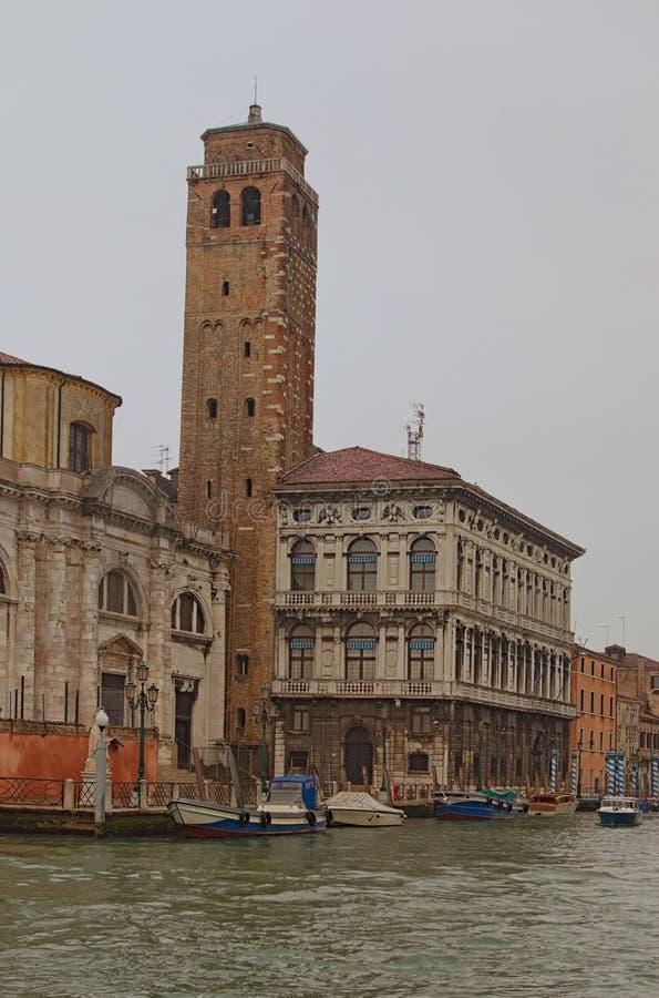 Vista escénica de Grand Canal magnífico y de edificios medievales Barcos amarrados cerca del terraplén Mañana lluviosa en Venecia fotos de archivo