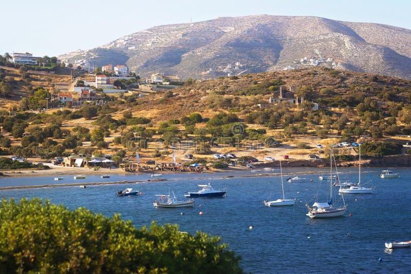 Vista escénica de la bahía del mar con los barcos y la playa en el fondo, Anavyssos, Grecia imagen de archivo libre de regalías