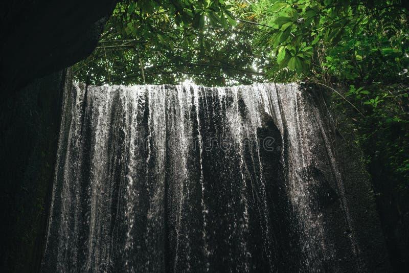 vista escénica de la cascada en ubud, imagen de archivo