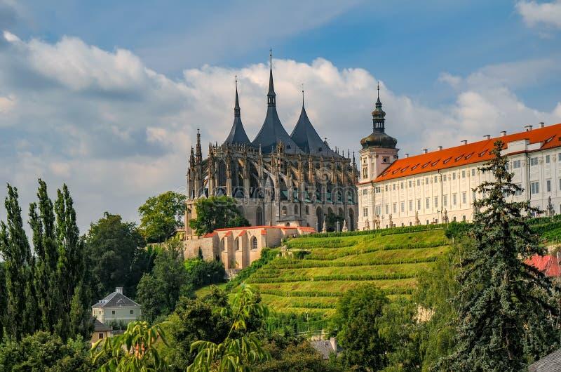 Vista escénica de la catedral de St Barbara y de la universidad de la jesuita en Kutna Hora, República Checa fotos de archivo