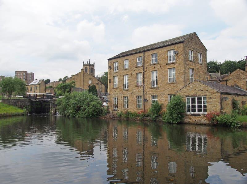 Vista escénica de la ciudad del puente sowerby en West Yorkshire con los edificios reflejados en el lavabo del canal y el behingd foto de archivo libre de regalías