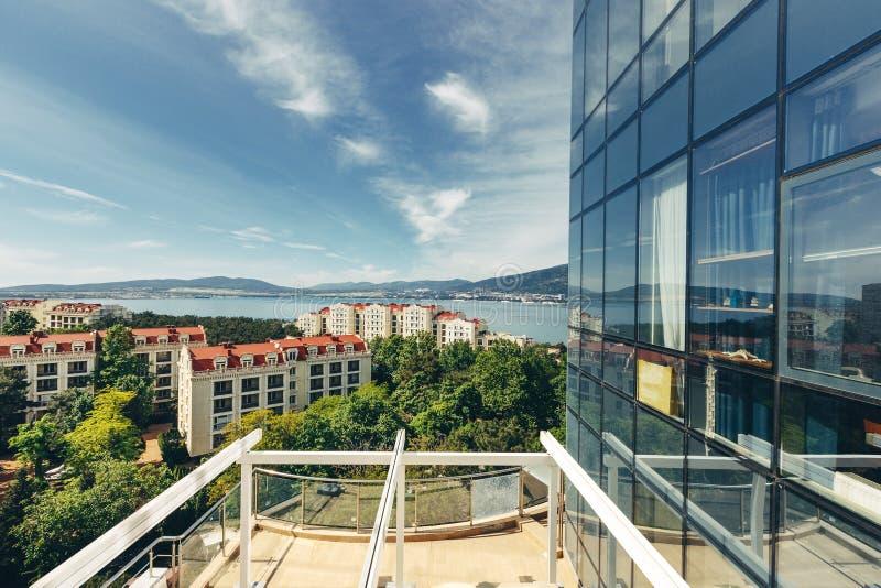 Vista escénica de la ciudad y del mar del balcón de la terraza imagenes de archivo