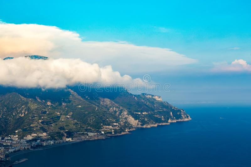 Vista escénica de la costa, del mar, del cielo y de las nubes de Amalfi de Ravello, Italia, Europa Lugar bajo texto fotos de archivo libres de regalías