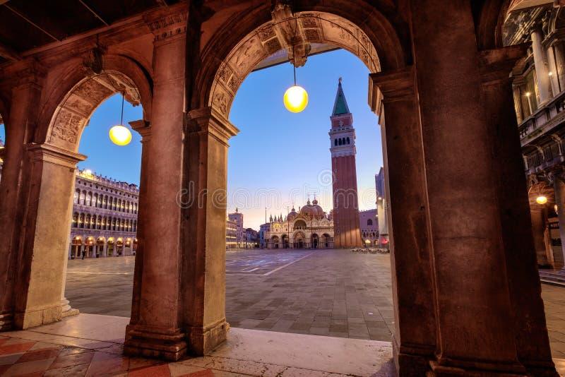 Vista escénica de la plaza San Marco con el detalle arquitectónico de los arcos imágenes de archivo libres de regalías