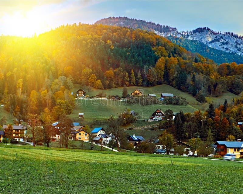 Vista escénica de la salida del sol hermosa en las montañas austríacas en las montañas de Hallstatt Aturdir la visión sobre casas fotografía de archivo libre de regalías