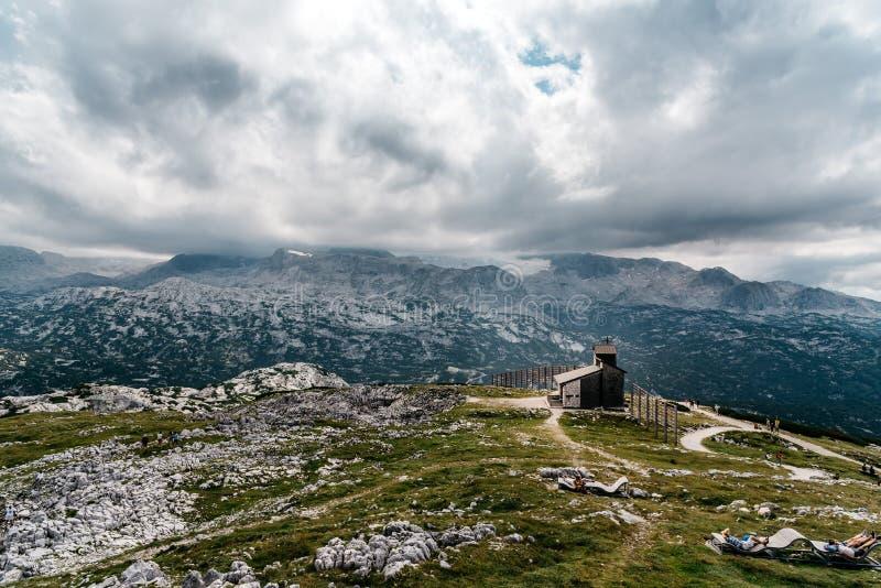Vista escénica de las montañas de las montañas al día soleado fotos de archivo