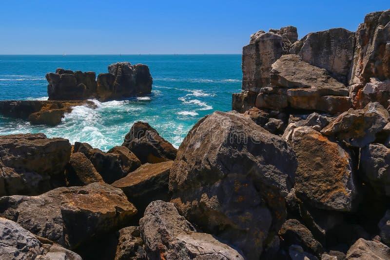 Vista escénica de las ondas del Océano Atlántico, la boca de Boca Do Inferno Hell, Cascais, Portugal fotografía de archivo