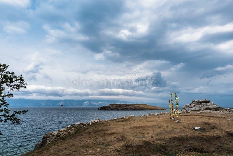 Vista escénica de las orillas del lago Baikal imagenes de archivo