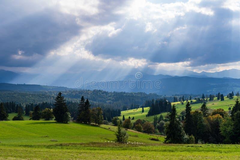 Vista escénica de los rayos del sol sobre paisaje de la montaña fotografía de archivo