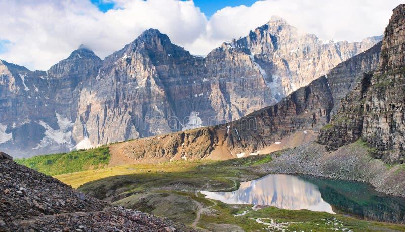 Vista escénica de montañas rocosas en Alberta, Canadá imagenes de archivo