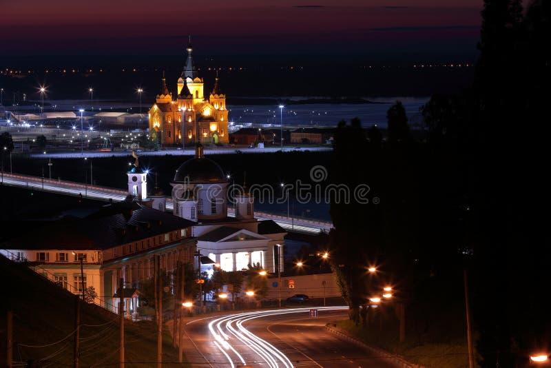 Vista escénica de una ciudad de la noche con el río, luces de la ciudad edificios históricos foto de archivo libre de regalías