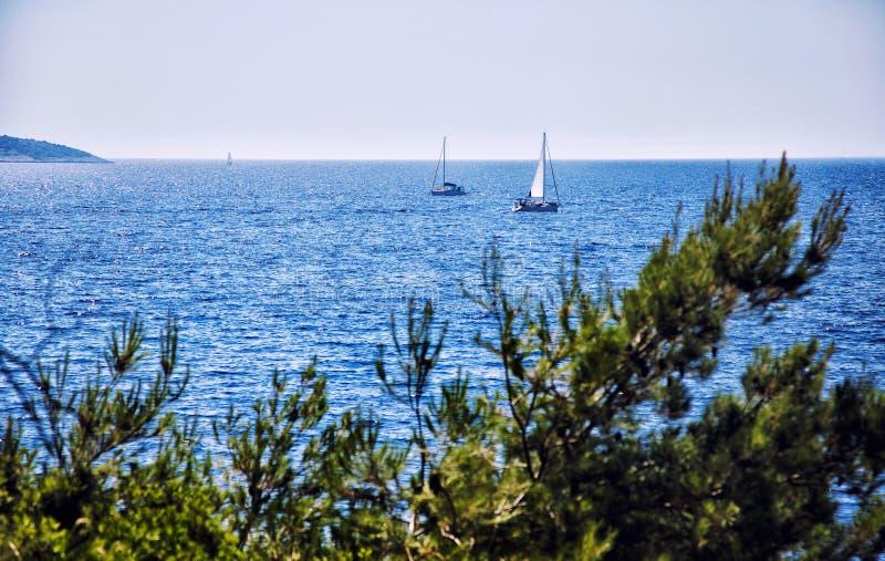 Vista escénica de una navegación del barco en el mar adriático fotos de archivo