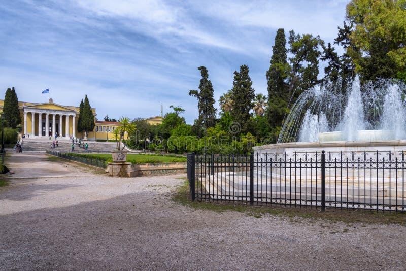 Vista escénica del agua que dice con excesiva efusión de la fuente de mármol y del edificio neoclásico de Zappeion Pasillo foto de archivo