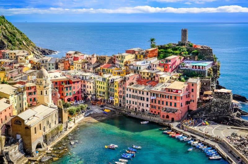 Vista escénica del océano y del puerto en el pueblo colorido Vernazza, ci fotografía de archivo