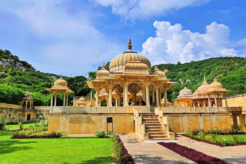 Vista escénica del pacífico y apacible Royal Gaitor Tumbas de Jaipur en la región de Rajastán, India en verano imagen de archivo