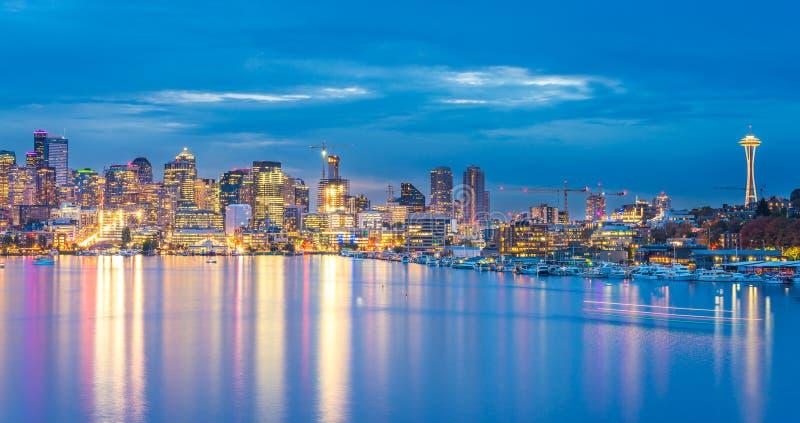 Vista escénica del paisaje urbano de Seattle en la noche con la reflexión del agua, Seattle, Washington, los E.E.U.U. fotografía de archivo
