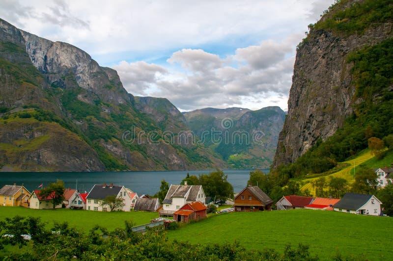 Vista escénica del pequeño pueblo con las casas coloridas en el banco del fiordo de Aurland en Undredal, Noruega foto de archivo libre de regalías