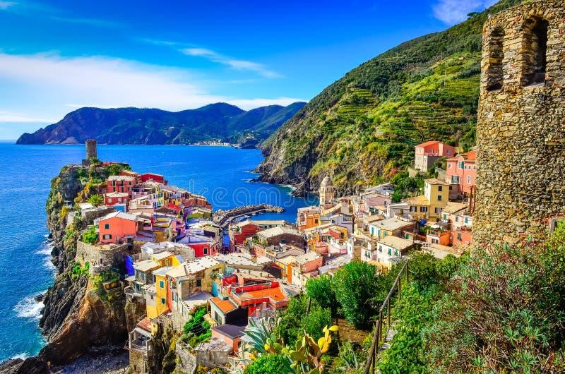Vista escénica del pueblo colorido Vernazza en Cinque Terre imagenes de archivo