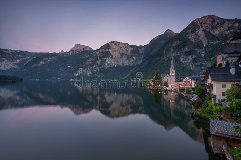 Vista escénica del pueblo de montaña famoso de Hallstatt con Hallstaett imagen de archivo libre de regalías