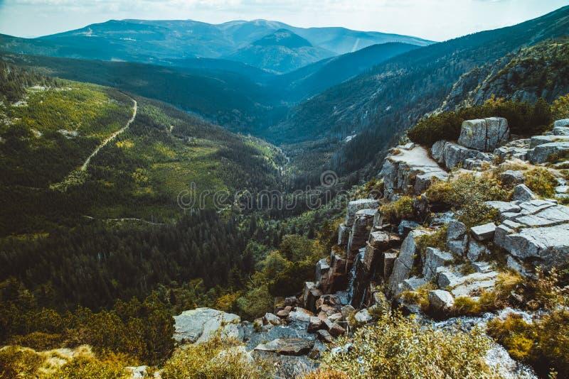 Vista escénica del valle de las montañas y de la cascada gigantes checos de Pancavsky en el verano foto de archivo libre de regalías