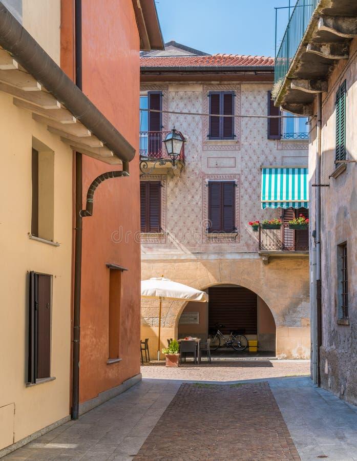 Vista escénica en Mandello del Lario, pueblo pintoresco en el lago Como, Lombardía, Italia imágenes de archivo libres de regalías