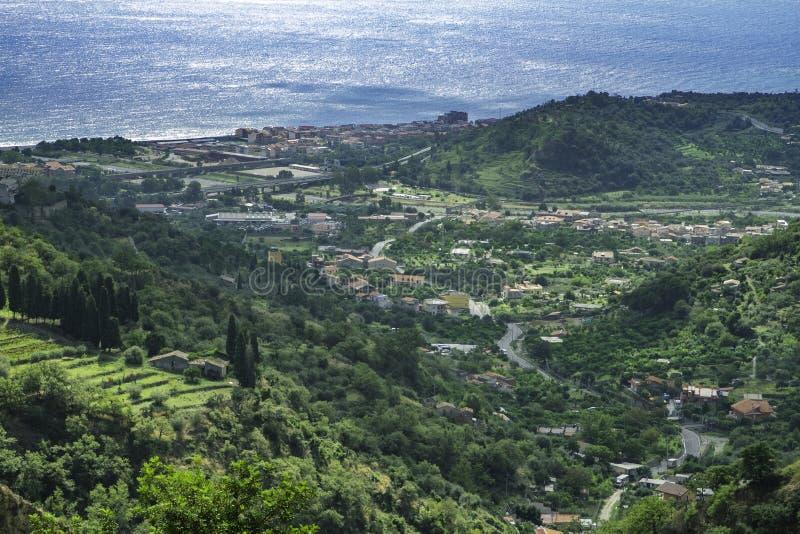 Vista escénica espectacular de Santa Teresa di Riva y del mar ionean azul de las colinas en Sicilia imagen de archivo