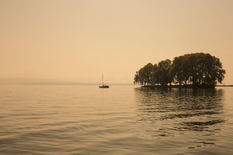 Vista escénica hermosa del lago geneva y del pequeño islandcerca a R fotografía de archivo