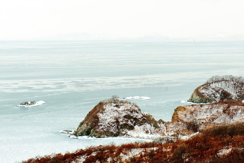 Vista escénica hermosa del mar japonés de la costa en invierno foto de archivo libre de regalías