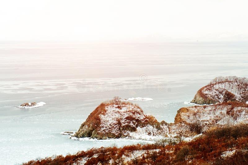Vista escénica hermosa del mar japonés de la costa en invierno fotografía de archivo libre de regalías