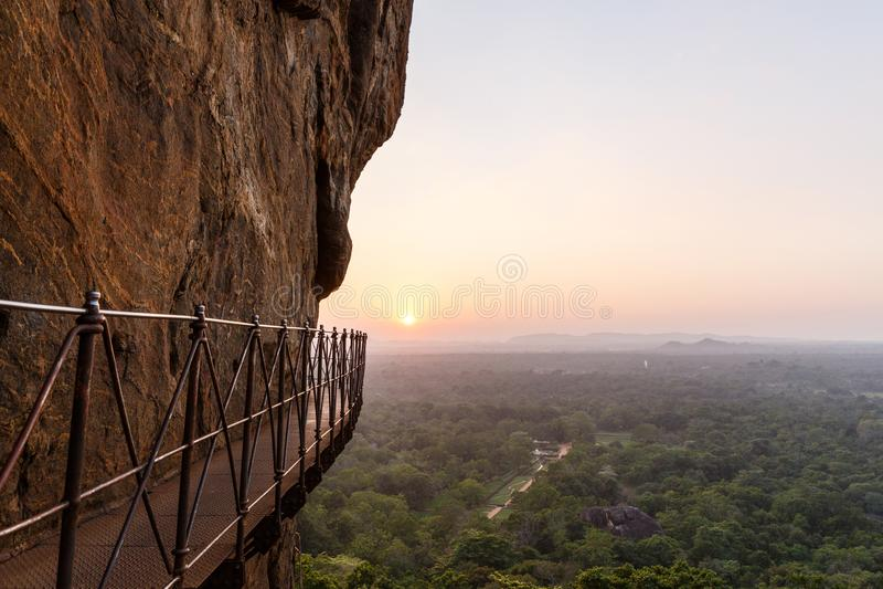 vista escénica hermosa del puente en la montaña rocosa y la puesta del sol, Sri Lanka, sigiriya fotos de archivo