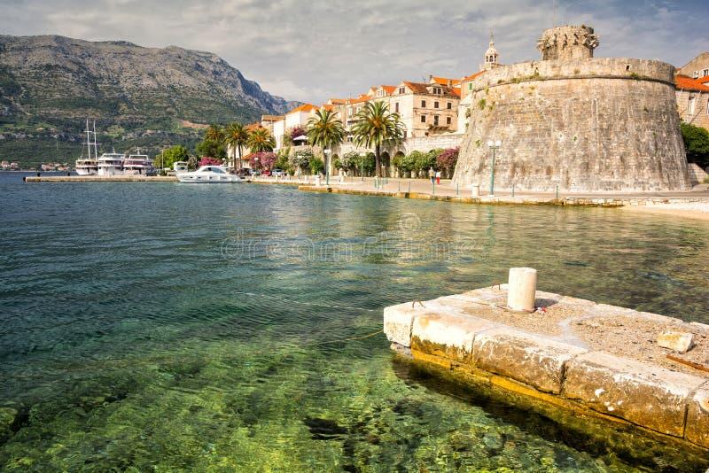 Vista escénica pintoresca de la ciudad vieja con el puerto de Korcula, Dalmacia, Croacia imágenes de archivo libres de regalías